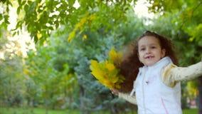 Härlig trendig lycklig le stilfull glad europeisk liten gullig flicka i en vit omslagsväst och en lång blondin stock video