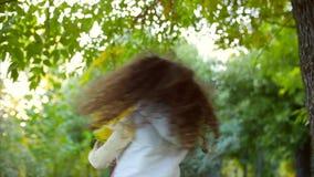 Härlig trendig lycklig le stilfull glad europeisk liten gullig flicka i en vit omslagsväst och en lång blondin arkivfilmer