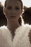 Härlig trendig modell för stående på solnedgången Royaltyfria Bilder