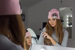 Härlig trendig sexig elegant flicka med det trendiga locket för långt hår på hans huvud med en afton som sitter ljus makeup och m Royaltyfri Foto