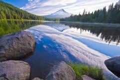 Härlig Trillium Lake på morgontid Royaltyfri Bild
