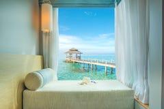 Härlig tropisk havssikt på fönstret i semesterorten, Phuket, Thailand Arkivfoton
