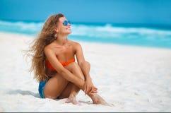härlig tropisk kvinna för strand Fotografering för Bildbyråer