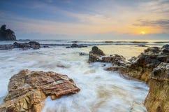 Härlig tropisk sikt för strandsoluppgånghav mjuk våg som slår den sandiga stranden royaltyfria bilder