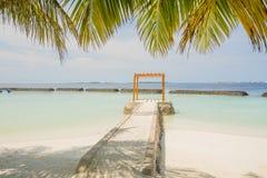 Härlig tropisk solig strandlandskapsikt med havet, blå himmel, cabana på ön på semesterorten royaltyfri bild