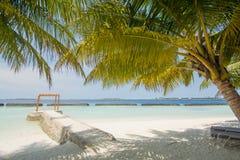 Härlig tropisk solig strandlandskapsikt med palmträd och havet, blå himmel, cabana på ön på semesterorten arkivbild