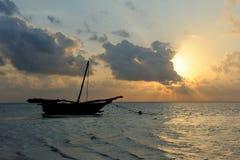 Härlig tropisk solnedgång med fartyget Arkivfoton