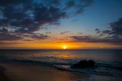 Härlig tropisk solnedgång på den Kaanapali stranden i Maui Hawaii arkivfoto