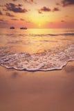 Härlig tropisk soluppgång på stranden Royaltyfri Fotografi