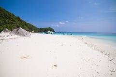 Härlig tropisk strand med bränning för stillhetblåtthav Arkivbild