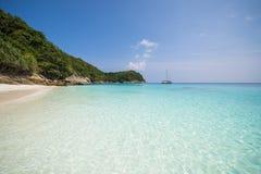 Härlig tropisk strand med bränning för stillhetblåtthav Arkivbilder