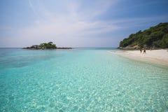 Härlig tropisk strand med bränning för stillhetblåtthav Royaltyfri Fotografi