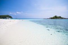 Härlig tropisk strand med bränning för stillhetblåtthav Arkivfoton