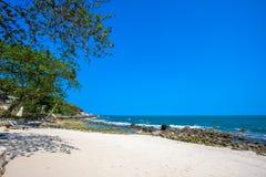 Härlig tropisk strand med träd och sunbeds Arkivbild