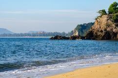 Härlig tropisk strand, mjuk våg som slår den sandiga stranden under ljus solig dag Arkivfoton