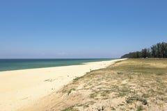 Härlig tropisk strand, mjuk våg som slår den sandiga stranden under ljus solig dag Arkivfoto