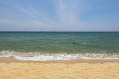 Härlig tropisk strand, mjuk våg som slår den sandiga stranden under ljusare solig dag Royaltyfri Fotografi