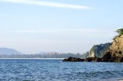 Härlig tropisk strand, mjuk våg som slår den sandiga stranden under ljusare solig dag Arkivbilder
