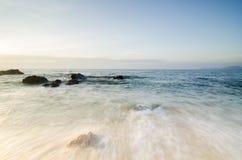 Härlig tropisk strand, mjuk våg som slår den sandiga stranden under ljusare solig dag Royaltyfri Foto