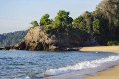 Härlig tropisk strand, mjuk våg som slår den sandiga stranden under ljusare solig dag Arkivfoto