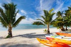 Härlig tropisk strand på den exotiska ön i Stillahavs- Arkivbild