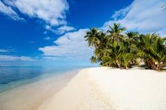 Härlig tropisk strand på den exotiska ön i Stillahavs- Royaltyfri Foto