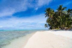Härlig tropisk strand på den exotiska ön i Stillahavs- Arkivfoto