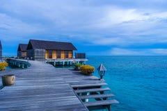 Härlig tropisk strandsikt med över vattenbungalower arkivfoton