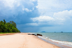 Härlig tropisk vit sandstrand Royaltyfri Fotografi
