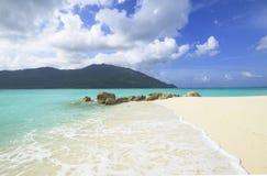 Härlig tropisk vit sandstrand Fotografering för Bildbyråer