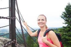 Härlig turist för ung kvinna i nationalpark Royaltyfri Foto