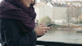 Härlig turist för ung kvinna i Prague genom att använda hennes Smartphone, resande begrepp arkivfoton