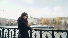 Härlig turist för ung kvinna i Prague genom att använda hennes Smartphone, resande begrepp royaltyfri foto