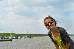 Härlig turist- flicka med exponeringsglas arkivfoto
