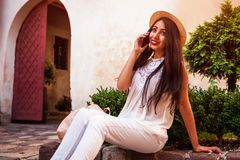 Härlig turist- flicka som utomhus talar på telefonen Mitt - östlig kvinna som kallar vänner Arkivbilder