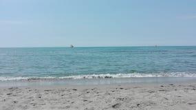 Härlig Tuscan seascape, vatten och sand royaltyfria foton