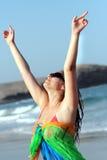 härlig tyckande om frihetskvinna för strand Royaltyfria Bilder