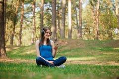 härlig tyckande om musikkvinna Fotografering för Bildbyråer