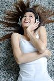 härlig tyckande om musikkvinna Royaltyfri Fotografi
