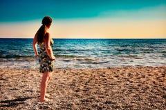 härlig tyckande om soluppgångkvinna Royaltyfri Foto