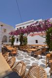 Härlig typisk vit- och blåttfyrkant med restauranger i den Chora ön av Mikonos Arte History Architecture royaltyfri bild
