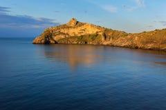 Härlig udde Kapchik i Black Sea den upplysta resningsolen crimea royaltyfri fotografi
