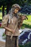 Härlig ukrainsk flicka i guld Arkivfoto