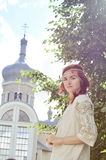 Härlig ukrainsk flicka på trädgården Royaltyfria Foton
