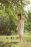 Härlig ukrainsk flicka på trädgården Royaltyfri Fotografi