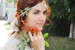 Härlig ukrainsk flicka på trädgården Royaltyfria Bilder