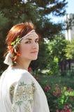 Härlig ukrainsk flicka på trädgården Royaltyfri Foto