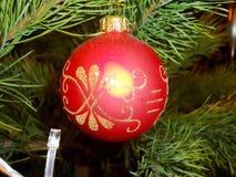 Härlig underbar ferieboll för nytt år som hänger på ett xmas-träd fotografering för bildbyråer