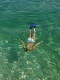 härlig undersea kvinna arkivfoto