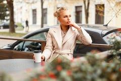 Härlig ung affärskvinna i ett klassiskt lag fotografering för bildbyråer